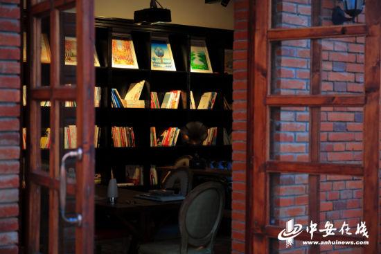 一间小小的独立书店,向路人展示着银屏街的气质。