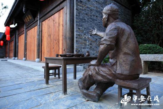 茶馆边的铜制雕塑,向游客无声地诉说历史故事。