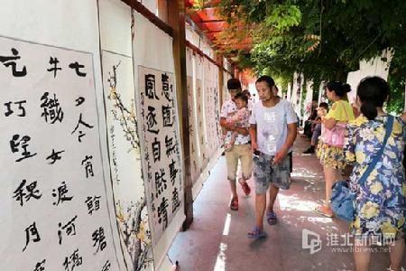 游客在欣赏诗词字画。-摄影记者万善朝