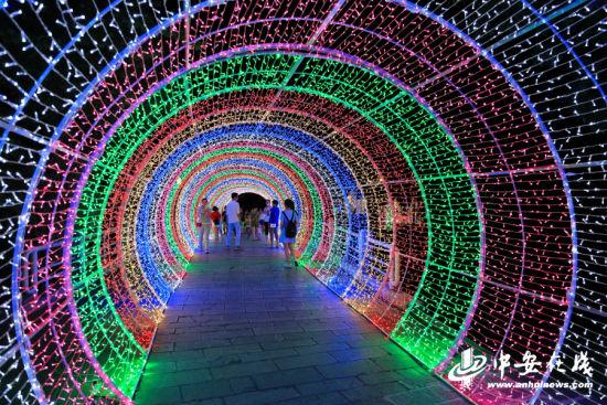 """流光溢彩的""""时光隧道""""。"""