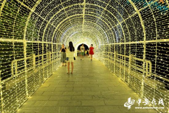 """浪漫的金色""""爱情隧道""""。"""