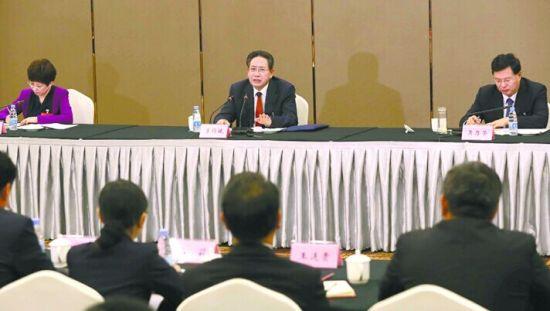 10月30日下午,李锦斌同志来到合肥市代表团,与代表们一起审议省委工作报告。记者徐国康摄