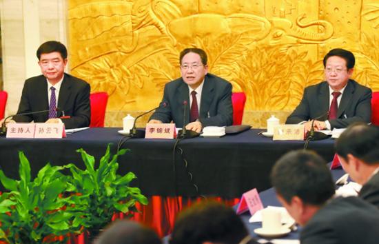 10月31日,李锦斌同志来到六安市代表团,与代表们一起审议省委报告。本报记者徐国康摄