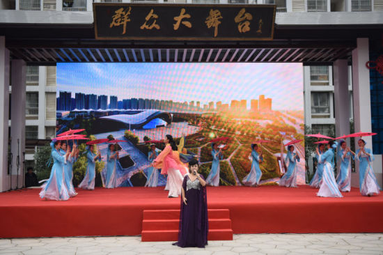 展现滨湖新区十年建设成就的歌舞《来到滨湖》