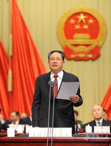 省委书记、大会执行主席李锦斌主持大会。 记者 许梦宇摄