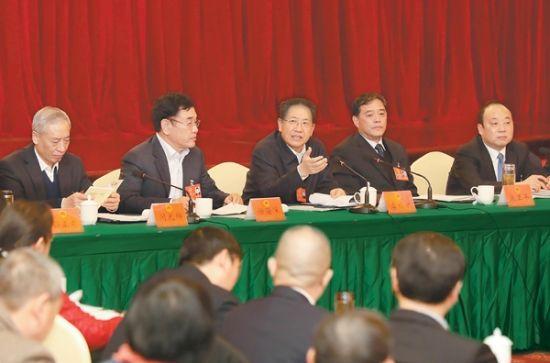 16日下午,李锦斌来到省十二届人大七次会议阜阳代表团,与代表们一起审议《省政府工作报告》徐国康摄