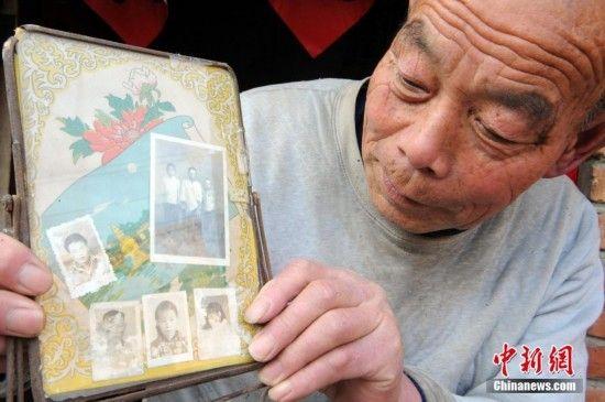 图为自己和妻子唯一的照片就夹在他们结婚时买的镜子后面,每当看到她,蔡广远老人就有一种幸福的回忆。中新社发 张延林 摄 图片来源:CNSPHOTO