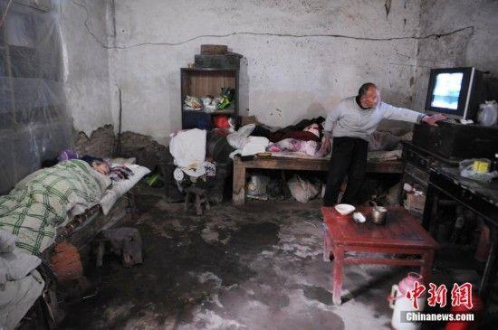 图为为了方便照顾妻子,72岁的蔡广远很少出门,抽空看看电视,便成了他唯一的娱乐生活。中新社发 张延林 摄 图片来源: