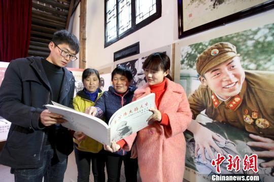 2月26日,当地好人及青年志愿者在休宁县祖源村翻阅《雷锋日记》,学习雷锋精神。 黄俊军 摄