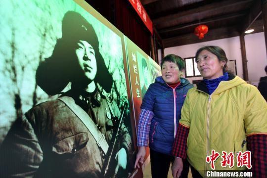"""2月26日,当地群众在休宁县祖源村史馆内观看""""光辉榜样、时代楷模""""为主题的雷锋同志先进事迹展。 黄俊军 摄"""