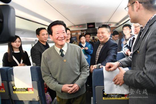 """全国政协外事委员会副主任,省政协原主席杨多良与赴京采访""""两会""""新闻工作者交流。"""