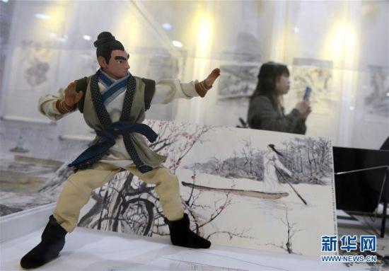 """2月28日,媒体记者在""""金庸馆""""内拍摄参观。当日,香港首个以著名武侠小说家金庸为主题的常设展馆――""""金庸馆""""在香港文化博物馆揭幕,将于3月1日正式与市民见面。展馆内共展出珍贵手稿、照片、早期小说版本以及各类水墨画等300多项展品,介绍金庸的早期事业、武侠小说创作历程及其小说对香港流行文化的影响。新华社记者秦晴摄"""