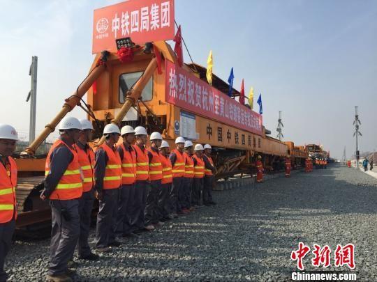 杭黄铁路正式铺轨现场。 吴兰 摄