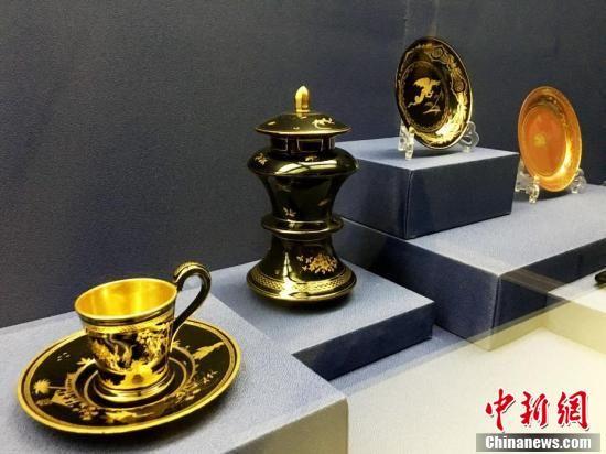 欧洲19世纪的具有中国风的玻璃甜点盘、杯子和杯托、香薰。