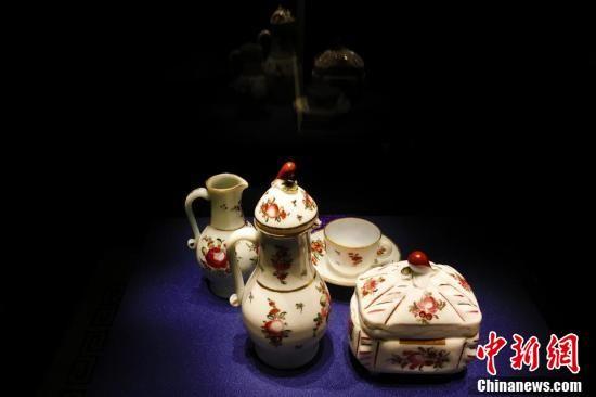 欧洲18世纪的一套咖啡用具(不全)。(中新社记者 张强 摄)
