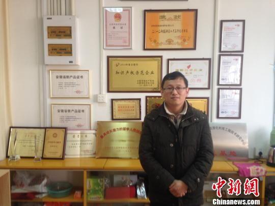 """安徽""""海归""""创业者郭涛向记者展示创业获得的成果 郝嘉奇 摄"""