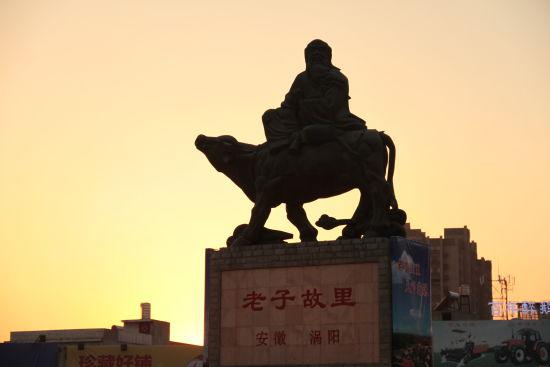 位于涡阳县城西关的老子骑牛雕塑。刘浩 摄