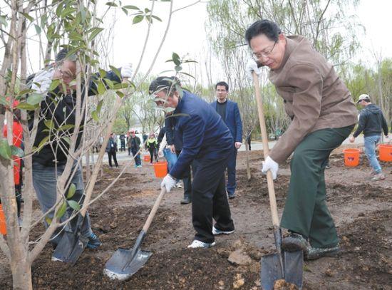 3月28日,省委书记李锦斌同干部群众一起挥锹植树。记者 徐国康 摄