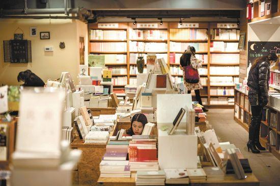 读者在合肥市三孝口书店选购图书。