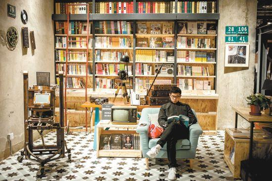 在蚌埠市新华书店延安路店,陈设着老物件的阅读空间营造出浓郁的历史氛围。