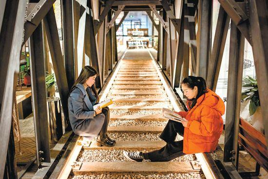 3月22日,在蚌埠市新华书店延安路店,铺设着铁轨的阅读场所让读者仿佛回到过去的时光。