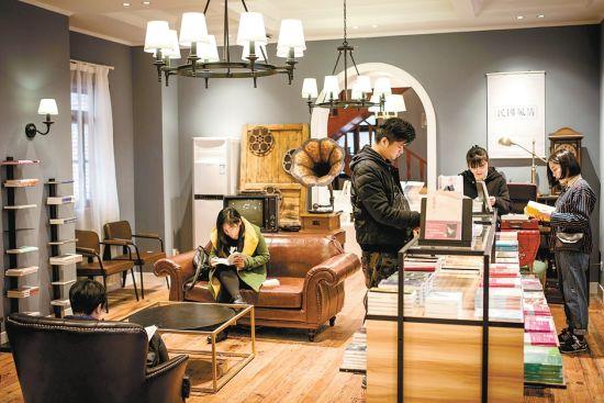 3月21日,读者在安庆劝业场书店民国风情主题书房内选购图书。