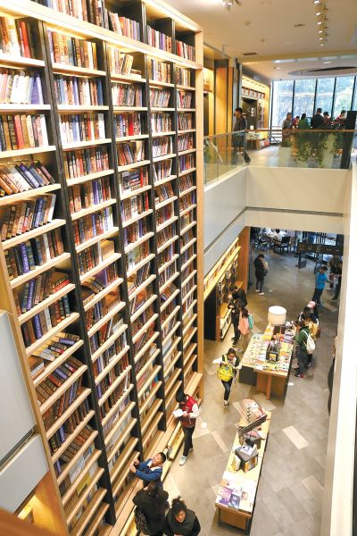 3月25日,读者在合肥市长江中路安徽图书城选购图书。
