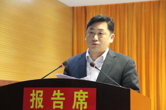 4月1日,长丰县义井乡代表在实施城乡环卫一体化工程动员部署大会上表态发言。刘浩 摄