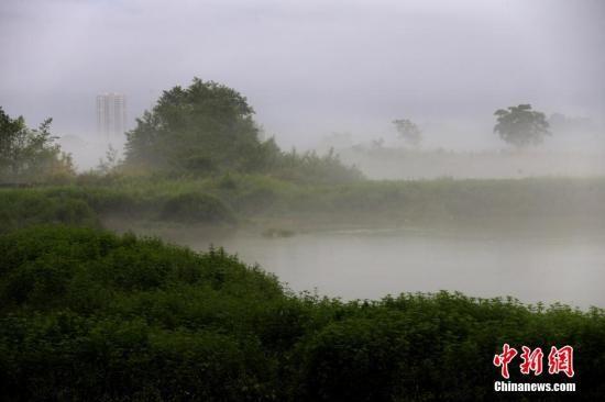 资料图:2015年7月25日,安徽省黄山市新安上游江休宁段阵雨过后,出现罕见大面积的平流雾奇观。中新社发 施广德 摄 图片来源:CNSPHOTO