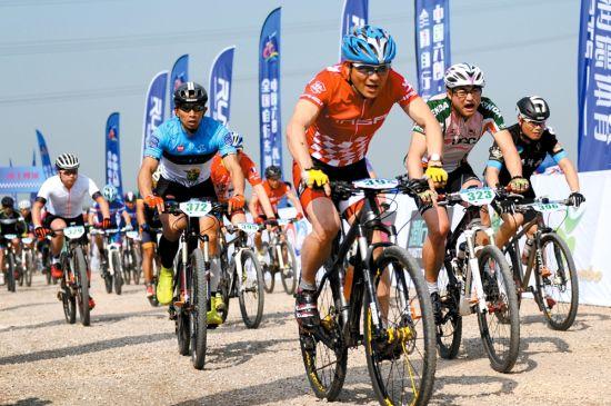 4月15日,第三届全国自行车挑战赛在芜湖六郎镇开赛,来自全国各地500多名自行车运动爱好者参赛,选手们沿六郎镇乡村环圩一圈,全程55千米,赛事分男子精英组、普通组、大龄组和女子组