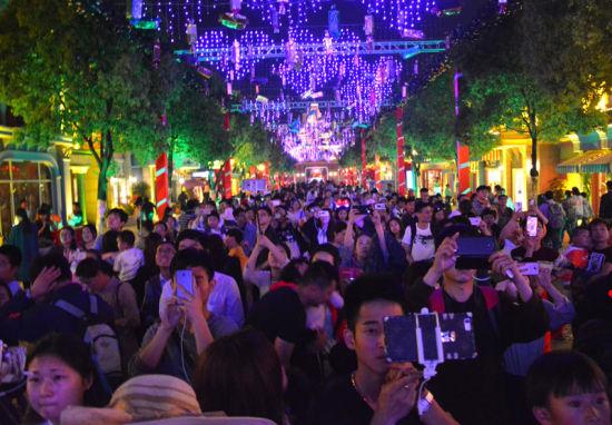 欢乐颂谱子欢-现场还准备了9层蛋糕塔和超长彩虹蛋糕卷,与游客们共庆芜湖方特9周