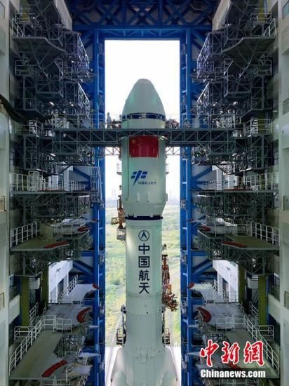 """4月17日7时30分,垂直转运的顺利完成,标志着""""天舟一号""""飞行任务正式进入发射阶段。张文军摄"""