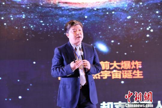 """4月19日,2017年度安徽互联网+产业合作峰会19日在合肥举行,国家""""863""""类人智能项目首席科学家、科大讯飞执行总裁胡郁演讲。 张俊 摄"""
