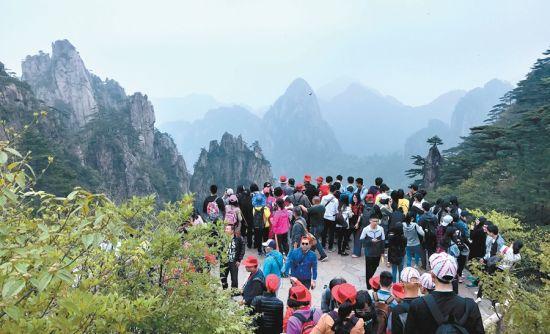 5月6日,众多游客来到黄山风景区观光旅游。当日,黄山风景区雨后初晴,满山翠绿,游人如织,截至下午4时进山游客达14191人次。记者 潘成 摄