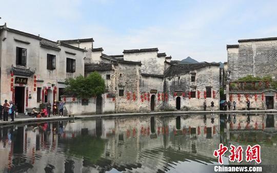 世界文化遗产宏村,将旅游开发和文化保护结合在一起,是中国画里的乡村。 张俊 摄