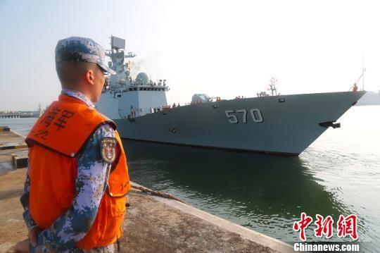 5月8日下午,南海舰队某驱逐舰支队黄山舰携一架直升机从湛江某军港解缆起航。吴亢慈摄