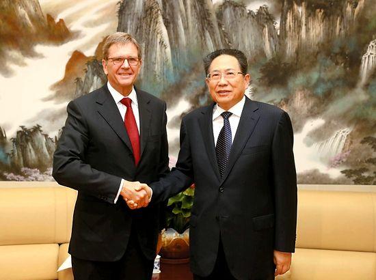5月18日,省委书记李锦斌在合肥亲切会见了大众汽车集团(中国)总裁兼首席执行官海兹曼一行。记者 徐国康 摄