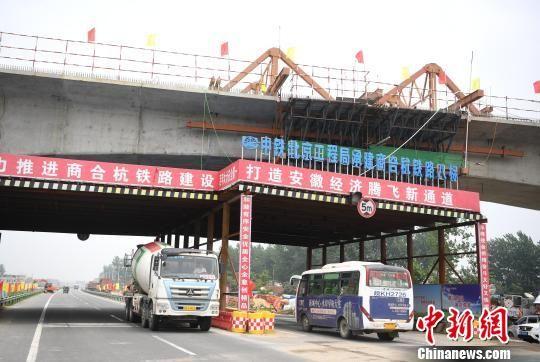 6月12日,商合杭高铁阜阳特大桥跨国道连续梁顺利合龙。 韩苏原 摄