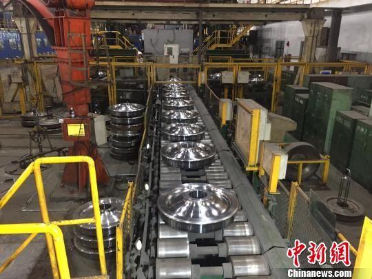 马钢车轮公司二分厂内的生产线,一批地铁车轮正加紧赶制。 吴兰 摄