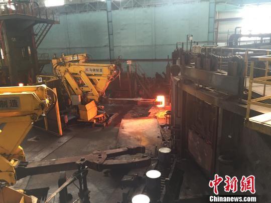 钢车轮公司二分厂内,机械化的作业场景,工人已被逐步替代。 吴兰 摄