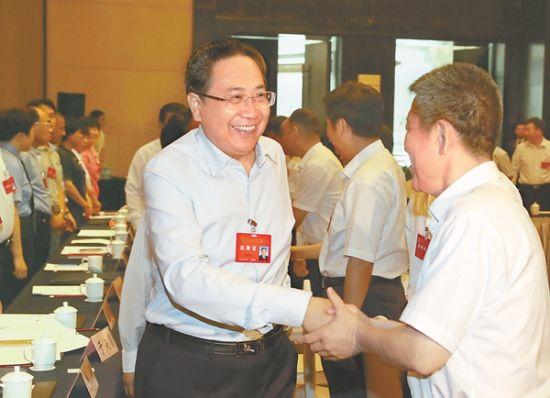 6月17日上午,省委书记李锦斌来到代表团驻地,亲切看望出席省党代表会议代表。安徽日报记者徐国康摄