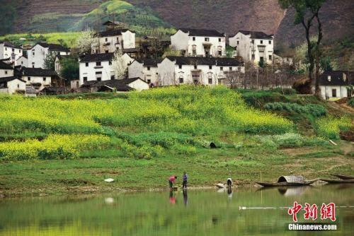 资料图:安徽黄山歙县,新安江畔的村落。陈一年 图片来源:CTPphoto