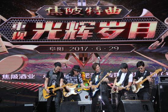 29日晚,叶世荣领队荣家班现场献唱《光辉岁月》 刘浩 摄