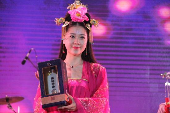 2身着古装的模特手持焦陂特曲向观众展示。刘浩 摄