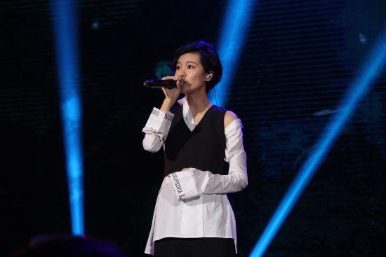 29日晚,郁可唯在阜阳献唱《时间煮雨》 刘浩 摄