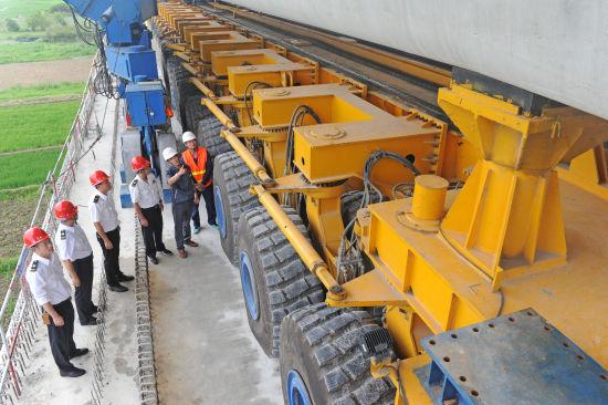 7月5日,淮南市质量技术监督局走进中铁上海工程局商合杭高铁11标对大型特种设备架桥机进行联合监管,保障重点工程安全、高效建设。