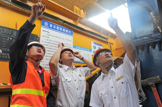 7月5日,淮南市质量技术监督局走进中铁上海工程局商合杭高铁11标对大型特种设备架桥机进行联合监管,保障重点工程安全、高效建设