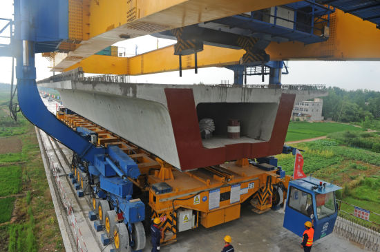 7月5日,中铁上海工程局商合杭高铁11标在淮南市质量技术监督局指导下积极消除大型特种设备架桥机安全隐患,做到大型特种设备定人定岗定机,保障重点工程安全、高效建设