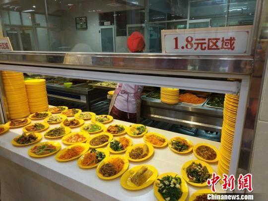 学生食堂的菜品 钟欣 摄