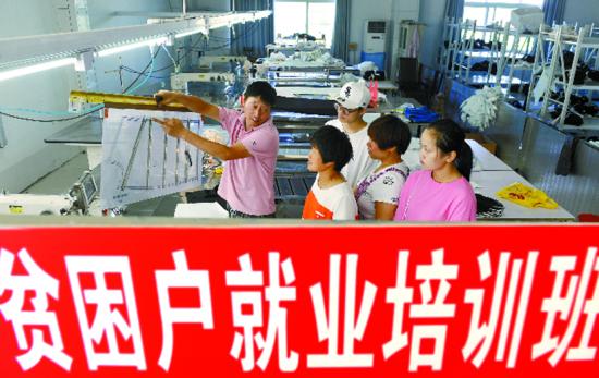 7月12日,阜阳市太和县双浮镇刘老桥村就业扶贫点,贫困户在分拣干豆角